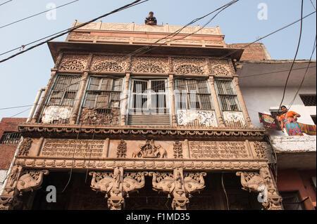 Agra, Uttar Pradesh, India. Riccamente intagliati ma fatiscente Tempio di Lakshmi, la dea della ricchezza. Sculture Foto Stock