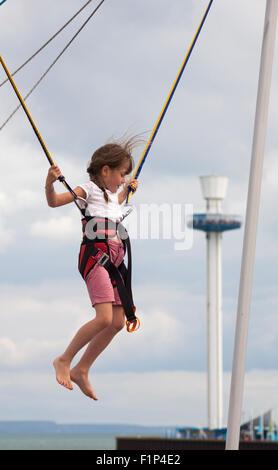 Weymouth Dorset, Regno Unito. Il 5 settembre 2015. Regno Unito: meteo giorno asciutto con un po' di sole a Weymouth come visitatori godere il tempo in spiaggia. Ragazza giovane bungee jump ride a Weymouth Credito: Carolyn Jenkins/Alamy Live News