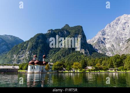 Lago Konigsee in estate con San Bartolomeo chiesa, Alpi, Germania