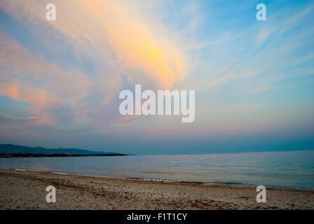 Paesaggio colorato in spiaggia con le nuvole e i colori del tramonto in estate