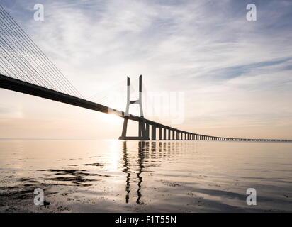 Dal ponte Vasco da Gama su Rio Tejo (Fiume Tago) all'alba, Lisbona, Portogallo, Europa Foto Stock