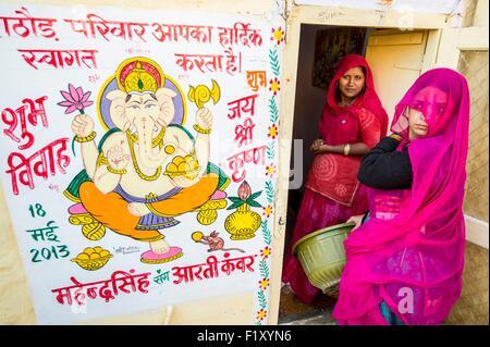 India Rajasthan, Jaisalmer, scene di strada, pittura di elefante-dio Ganesha per il matrimonio di uno dei membri della famiglia