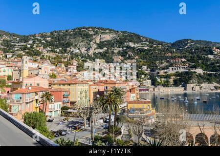 Francia, Alpes Maritimes, Villefranche sur Mer, vista sulla città vecchia e la chiesa di Saint Michel Foto Stock