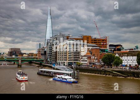 La Shard, il fiume Tamigi e il Riverside proprietà, Londra, Inghilterra Foto Stock