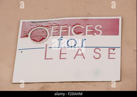 "In California, Stati Uniti d'America. ""Uffici per leasing' firmare con peeling vernice rossa. Foto Stock"