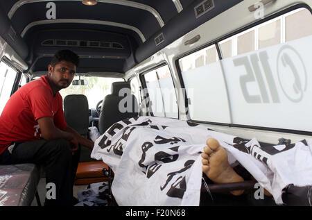 Funzionari di salvataggio di spostamento del corpo morto del giornalista Aftab Alam, che fu ucciso nel bersaglio uccidendo incidente a nord Nizamabad area, in un ospedale locale a Karachi Mercoledì 09 Settembre, 2015. Banditi su una moto uccidere un giornalista pakistano nel sud della città di Karachi, ore dopo l omicidio di un altro lavoratore media nella stessa città. Aftab Alam, 42, che ha lavorato con il Pakistan principale della televisione di stato del canale TV, è attaccato al di fuori della sua casa. I banditi non identificati sono fuggiti dalla scena.