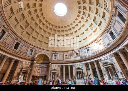 Il Pantheon tempio di divinità romane e la Chiesa lo spazio interno di Piazza della Rotonda a Roma Roma Lazio Italia Foto Stock