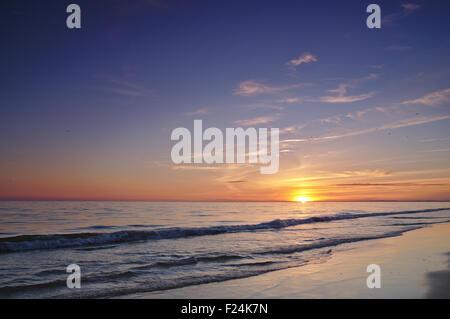 Spiaggia durante il periodo estivo alla fine della giornata. tramonto in Algarve, PORTOGALLO Foto Stock