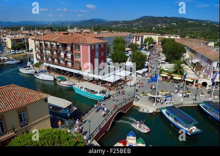 Francia, Var, golfo di St Tropez, il Port Grimaud cittadina sul mare, la piazza del mercato e il vecchio villaggio Foto Stock