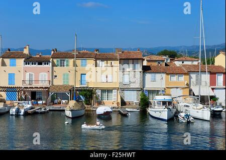 Francia, Var, golfo di St Tropez, il Port Grimaud cittadina sul mare, case con molo privato e il vecchio villaggio Foto Stock