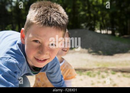 Un ragazzo e una ragazza a giocare nel parco giochi, Monaco di Baviera, Germania