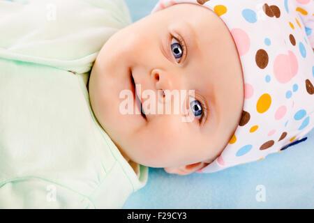 Ritratto di sorridenti baby in un cappello Foto Stock