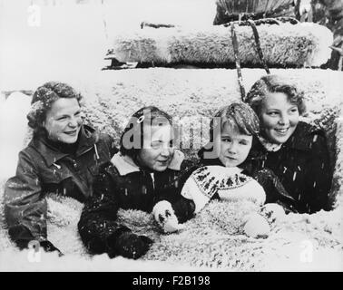 Principesse olandese nella neve, Grindlewald, Svizzera, L-R: Irene, Marguerite, Marijke e Beatrix. Gen 4, 1954. Foto Stock