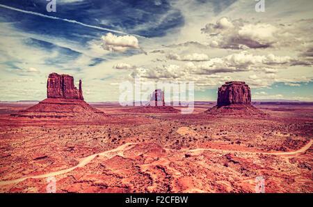 Rétro in stile vecchia foto della Monument Valley Navajo Tribal Park, Utah, Stati Uniti d'America. Foto Stock