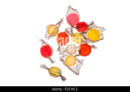 Vista aerea di arancione, giallo, rosso, rosa candy in involucri sul tavolo luminoso Foto Stock