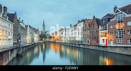 Jan van Eyck quadrato sopra l'acqua, Bruges Foto Stock