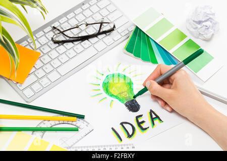 Designer il disegno di una luce verde lampadina. Il brainstorming e ispirazione cocnept. Foto Stock