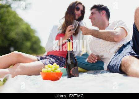 Paio di tostatura bicchieri di champagne sulla coperta picnic Foto Stock