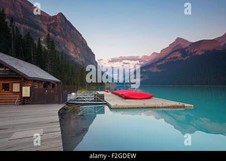 Red canoe presso il Lago glaciale di Louise con Ghiacciaio Victoria, il Parco Nazionale di Banff, Alberta, Canada Foto Stock
