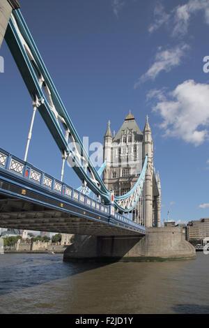 Il tower bridge che attraversa il fiume Tamigi a Londra Inghilterra Foto Stock