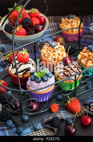 Insieme di diversi Deliziose tortine on dark Foto Stock