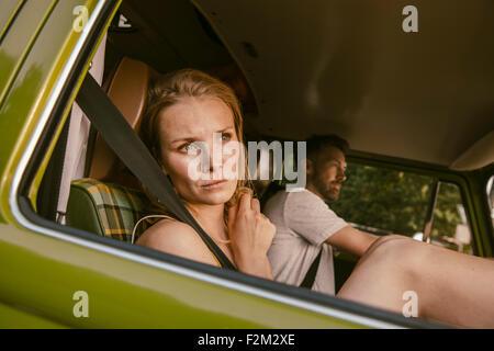 Donna in furgone su un viaggio guardando fuori della finestra Foto Stock