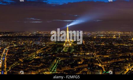 Elevata vista notturna della Torre Eiffel, skyline della città e La Defense skyscrapper distretto a distanza, Parigi, Francia, Europa Foto Stock