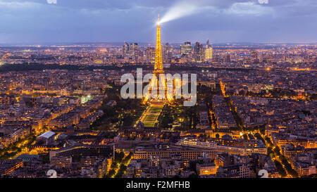 Vista in elevazione della Torre Eiffel, skyline della città e La Defense skyscrapper distretto a distanza, Parigi, Francia, Europa Foto Stock