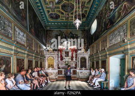 Tour guida spiega la storia della Madonna delle rocce chiesa, Baia di Kotor, Perast, Montenegro Foto Stock