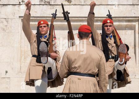Membri della Guardia Presidenziale presso la tomba del milite ignoto di fronte al parlamento greco edificio Foto Stock