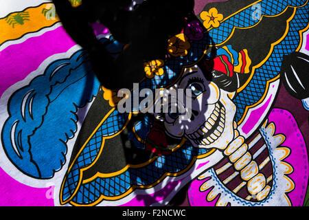 Una foto di 'La Catrina' è visto presso un altare durante il giorno dei morti la celebrazione in Morelia, Messico. Foto Stock