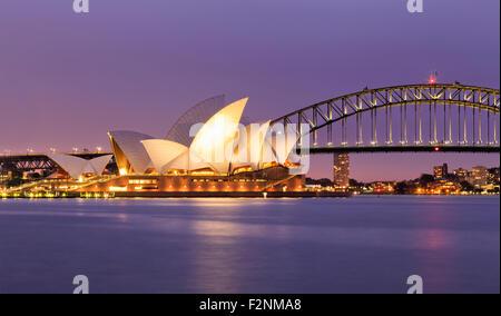SYDNEY, Australia, 10 luglio 2015 - Sydney Opera House e il Ponte del Porto di Sydney al tramonto. Iconica e mondo famoso punto di riferimento