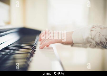 Close up della ragazza caucasica suonando piano Foto Stock