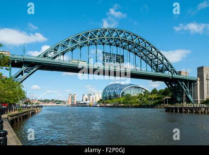 Millennium Bridge, Baltico Arts Centre, centro di salvia e Tyne Bridge, Newcastle-Gateshead, Tyne and Wear, Inghilterra, Foto Stock