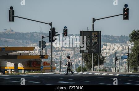 (150924) -- Gerusalemme, Sett. 24, 2015 (Xinhua) -- Un ultra-ebrea ortodossa uomo cammina passato una autostrada durante Yom Kippur in Gerusalemme, sul Sett. 23, 2015. Yom Kippur, il giorno ebraico di espiazione e il santissimo giorno del calendario ebraico, cadde dal tramonto di settembre 22 al tramonto di settembre 23 Quest'anno. Yom Kippur, noto anche come il giorno dell'Espiazione, è il santissimo giorno dell anno nel giudaismo. I suoi temi centrali sono di espiazione e di pentimento. Il popolo ebraico tradizionalmente osservare questo giorno santo con un approssimativo 25 ore di periodo di digiuno e di preghiera intensivo, spesso trascorrendo la maggior parte della giornata in sinagoga servi