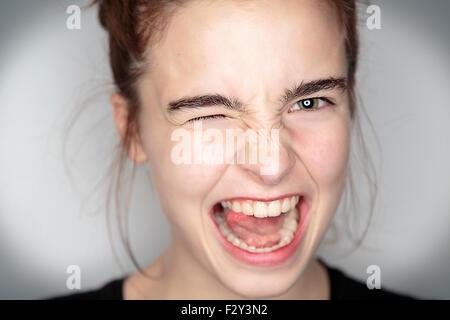 Close up ritratto di un entusiasta ragazza adolescente Foto Stock
