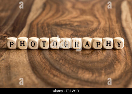 Parola fotografia fatta con blocco lettere in legno sopra il pannello di legno superficie Foto Stock