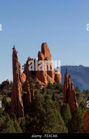 Scalatore sulla cima di una roccia nel Giardino degli dèi park, Colorado Springs, Colorado, STATI UNITI D'AMERICA