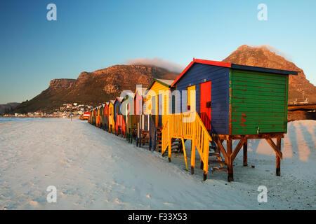Spiaggia di capanne in Muizenberg, Western Cape, Sud Africa Foto Stock