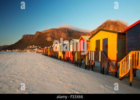 Ombrelloni sulla spiaggia di Muizenberg, Cape Town, Sud Africa Foto Stock