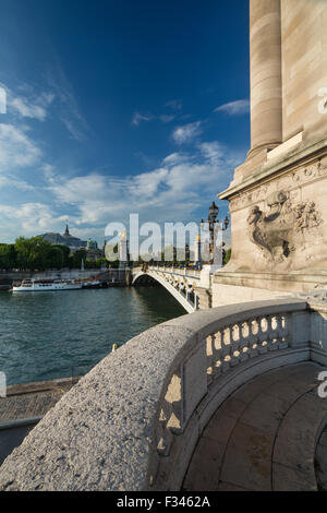 Pont Alexandre III, guardando verso il Grand Palais oltre il Fiume Senna, Parigi, Francia Foto Stock