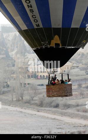 Fondo surreale paesaggio in Cappadocia, Anatolia centrale, la Turchia con i turisti in precedenza in una mongolfiera Foto Stock