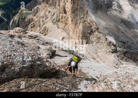 Scalatore su ferrata Cresta Ovest, Via ferrata di Marmolada, Hans Seyffert percorso, Marmolada, Dolomiti, Alpi, Foto Stock