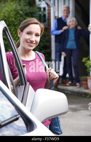 Figlia adulta visitando Senior i genitori a casa Foto Stock