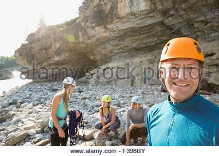 Ritratto uomo sorridente in arrampicata casco Foto Stock