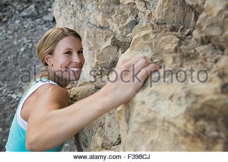 Close up donna sorridente arrampicata Foto Stock