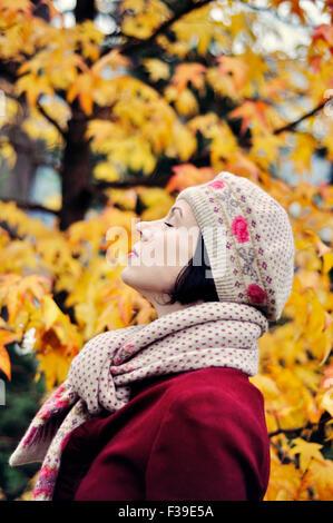 Donna godendo la vita ritratto gli occhi chiusi vista laterale Foto Stock