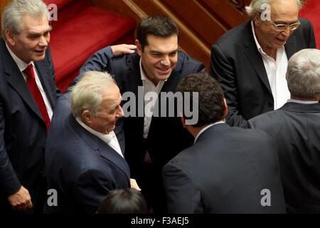 Atene, Grecia. 3° Ott, 2015. Il Primo Ministro greco, Alexis Tsipras (C) assiste un giuramento delle neo eletto i membri del Parlamento ad Atene, capitale della Grecia, ad Ottobre 3, 2015. Credito: Marios Lolos/Xinhua/Alamy Live News Foto Stock