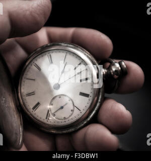 Orologio da tasca in mano d'uomo Foto Stock