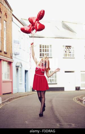 Giovane romantico themed la donna in area urbana Foto Stock